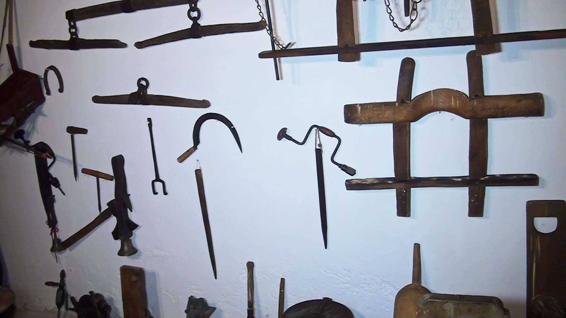 Ez egy lép. Berkenye Falumúzeum. Kamra a falon régi szerszámok.